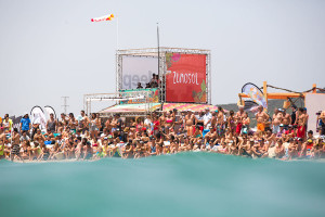 Packed-crowds-in-Tarifa_Photo_Toby_Bromwich_Tarifa_Strapless_Kitesurfing_Pro_2015